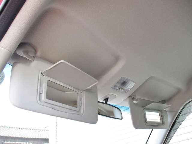 運転席&助手席には『大型バニティミラー』も完備♪