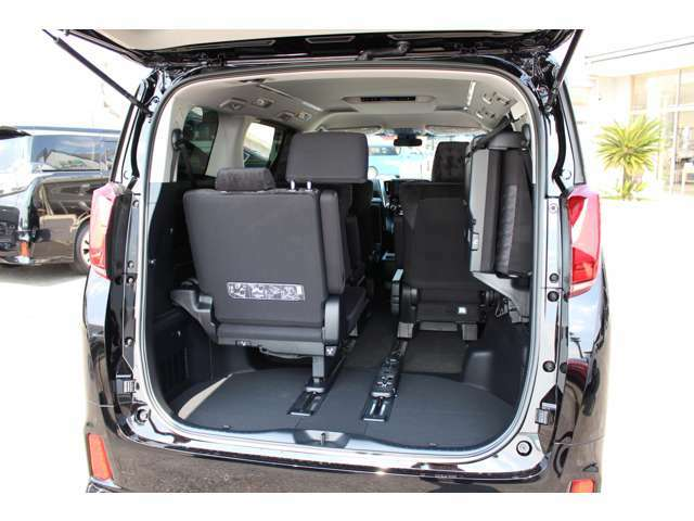 左右別々でシートの跳ね上げが可能です。収納スペース確保も容易です♪