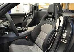 ◆シートにはシートヒーターの他、温風が首元に吹き出す「エアスカーフ」が備わり、温風の温度は乗員の好みに合わせて3段階で調節が可能でございます◆
