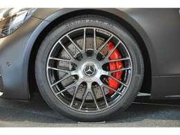 ◆タイヤサイズはフロントが265/35ZR19で、リアが305/30ZR20でございます◆