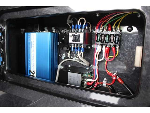 サブバッテリー、走行充電、外部充電、外部電源、400Wインバーター装備しております!