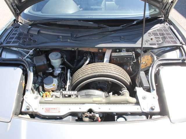 フロントフード内!重量バランスを考慮した設計でスペアタイヤ、バッテリー等フロント周りの搭載!
