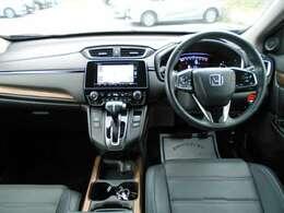 運転席から見てみると、ゆったりとしたスペースがあり、使いやすい操作スイッチ類が並んでいてることがわかります。