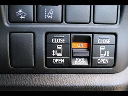 今やミニバンの定番装備の「両側電動スライドドア」を装備しています★