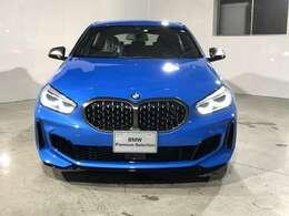 BMW xDriveの魅力は、走行状況と路面状況の変化をリアルタイムに把握し、4輪のトラクションを絶えず最大限に保つことで、どんなコンディションにおいても揺るぎない走りを実現させてくれます。