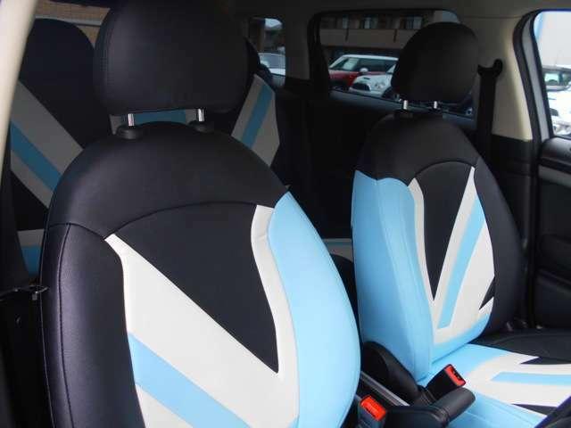 シートには、CABANA製のシートカバーが装着されております。オーソドックスな外装から一転、内装は遊び心満載です。シートを汚さず気軽に使えるのも嬉しいですね!
