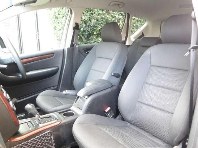 座面やサイドは使用感もなく綺麗な状態をキープ。目に付く傷や焼け焦げ、破れは御座いません。フロントシートは使用感も少なくスクエアーなシートデザインがモダンで心地の良いホールド感のエレガンス専用インテリア
