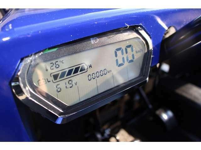新型ネクストクルーザーEV専用の電子パネルメーターで速度、充電残量、外気温等がひと目で確認でき、バックライト採用により夜間でもしっかりと視認できます。充電は家庭用コンセントから充電できます。全国配送可!