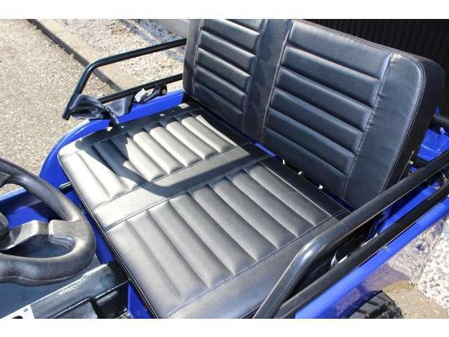 新型EVモデルによりベンチシートも新デザインを採用・アクセルペダル・ブレーキペダルに専用ラバーを標準装備!ペダルを踏む際に足を滑らす危険性を考慮し、より安心して走行して頂けます。家庭用コンセントから充電