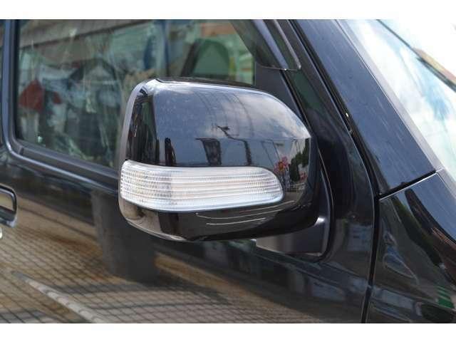 対向車からの視認性の高いウインカー付きドアミラーです。