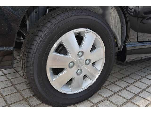 タイヤは、純正13インチアルミホイールが装着されています。