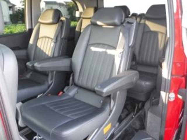 セカンドシートは「黒本革シートの2キャプテン」仕様車!!「リクライニング機能」は、左右調整式アームレスト装着」シートですので、快適着座!!(前後のスライド機能付で、足元広々「リムジン仕様」に!!)