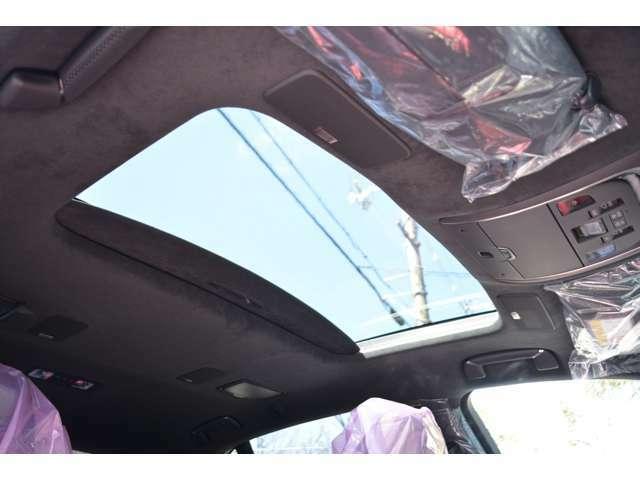 ■メーカーオプションの電動ムーンルーフが装備されておりますので、車内に心地いい開放感を与えてくれます。
