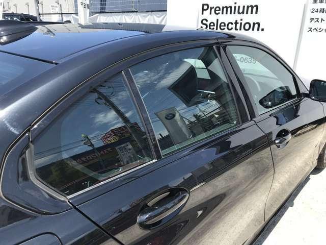 ルーフ写真です。ガラスサンルーフでドライブ中の気分転換が可能になっております!