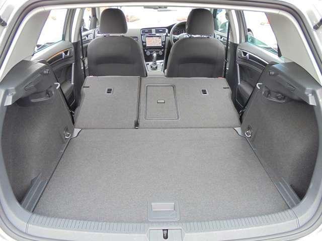後席を両方倒せばラゲージ容量は1270リットルまで拡大可能。