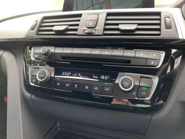 左右独立エアコンで運転席・助手席の方で各自温度調整をして頂け快適にドライブして頂けます。