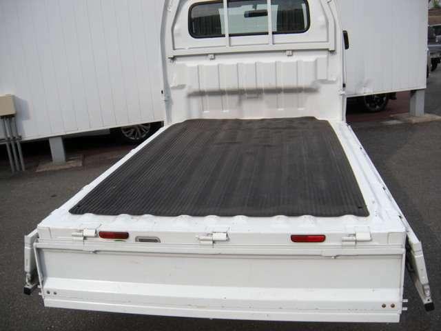 荷台は三方のゲートが開くので積み下ろしもしやすいですよ。荷台マットも付いてます。