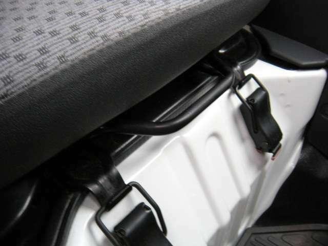 運転席のシートは前後にスライドします。