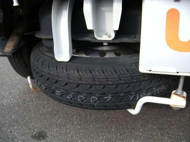 スペアタイヤは荷台後ろの下に付いてます。