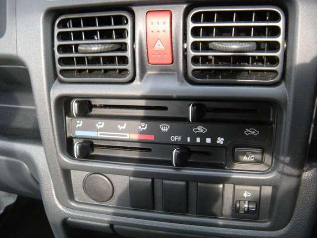 運転席から各種ボタンの操作がしやすいように設計されたデザイン。シンプルなつくりです。