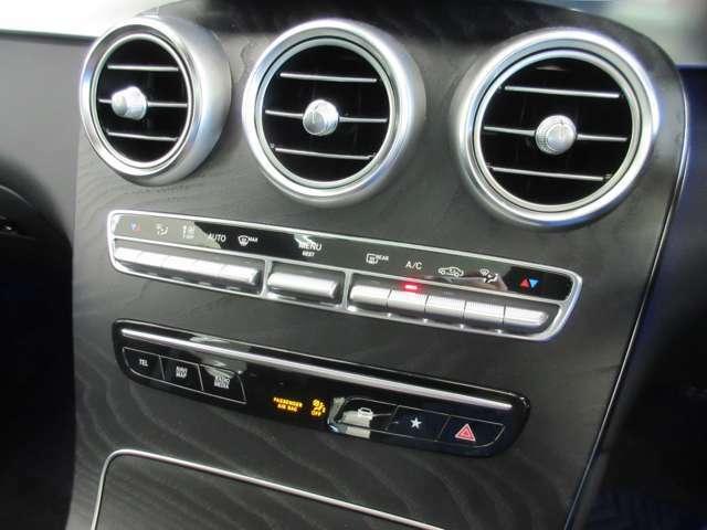 【エアコン】クライメートコントロールは運転席・助手席それぞれで温度設定が可能な独立式オートエアコンで快適です!