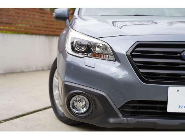 【レンズクリーニング済】 車の顔とも言えるヘッドライトのレンズ。黄ばみやくもりは車全体の印象をダウンしてしまいます。弊社ではレンズも綺麗にして展示しております。