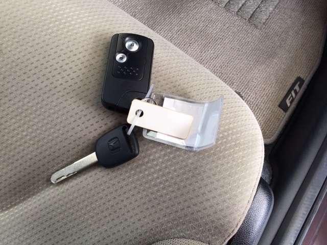 スマートキーです。カバンやポケットから取り出さなくても、ワンタッチでカギの開け閉めができ、ノブを回すだけでエンジンスタートできます!
