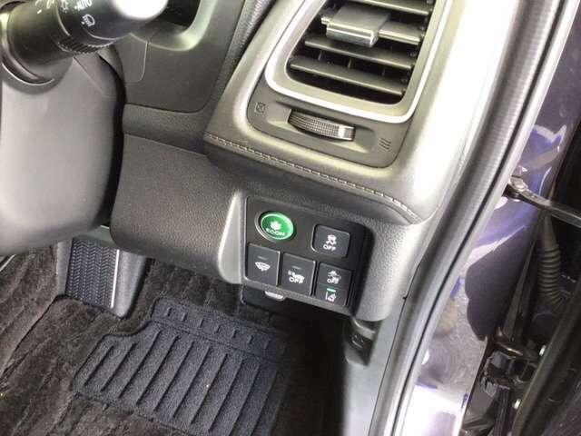 燃費を良くするECON、横滑りを防止するVSAのスイッチは運転席の右側、手の届きやすい位置にあります。