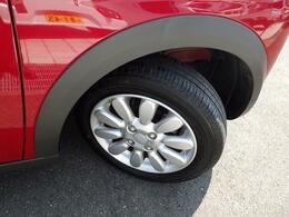 14インチのアルミホイールを履いています。タイヤの溝もタップリと有ります!
