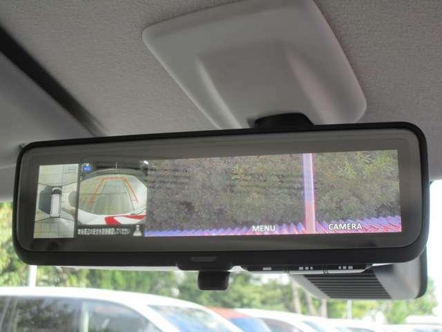 夜間や雨天の時でも車両後方の視認性を高める『デジタルルームミラー』。駐車の際に、真上から見下ろす様な視点で確認できるマルチアラウンドモニターも装備。