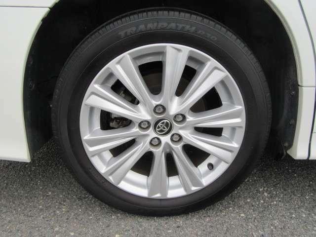 タイヤのサイズは18インチです。純正のアルミホイールがついております。雪道が心配な方はスタッドレスタイヤも販売しておりますのでご相談ください。