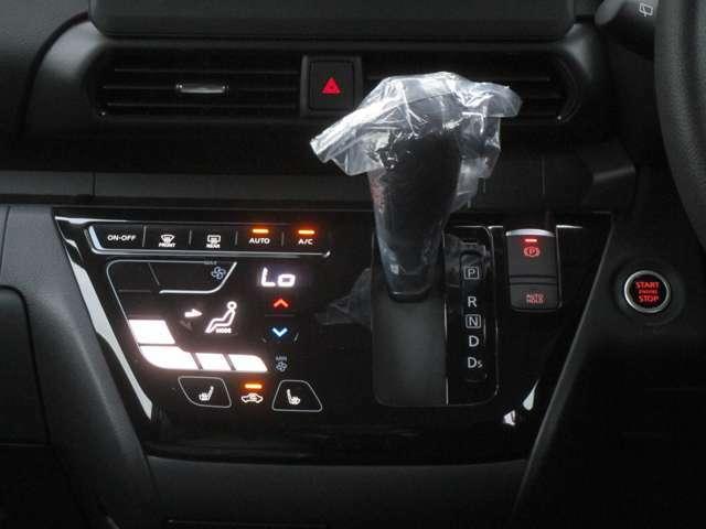 スマートフォンのような操作感の、タッチパネルフルオートエアコンです。運転席・助手席にはシートヒーターも付いています。