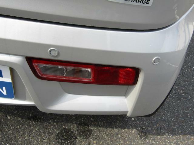 リヤーバンパーに4つのセンサーを内蔵し、車両後方にある障害物を検知。ドライバーに警告します。