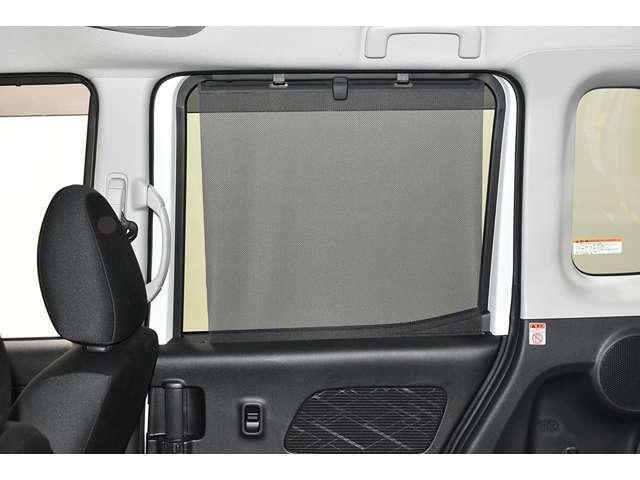 後席を視線や外光からガードするロールアップスクリーン!