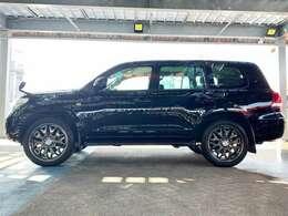 """オフロードの走破性や耐久性などに優れた機能性をもちつつ、快適性や高級感も併せ持った""""4WDの王者""""ともいうべきトヨタの高級SUVです。"""