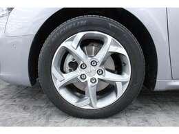 17インチのアルミホイールを標準装備しています。タイヤサイズは前後共に215/55R17です。