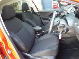 シートはファブリック仕様です。ホールド感のあるフロントシートは長時間の運転でも疲労感を感じさせず、腰への負担も軽減させます。
