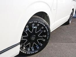 足元にはROCK KEELLY 17インチAW! タイヤにはTOYO H20ホワイトレタータイヤを装着しています。