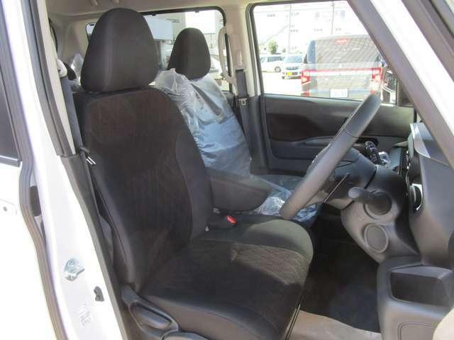 シートの厚みもあり、しっかりとした座り心地のセンターアームレスト付きフロントベンチシート。目線も高く広い視界で安心して運転する事が出来ます!