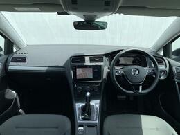 車内はシンプルで落ち着いた雰囲気のインテリアになっております
