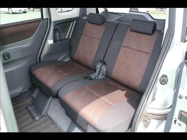 後席シートも足元が広くくつろげる空間となっております。