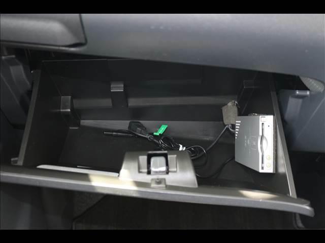 容量もたっぷりの助手席BOX♪転がるようなものはふたが閉まるところがあると便利です!