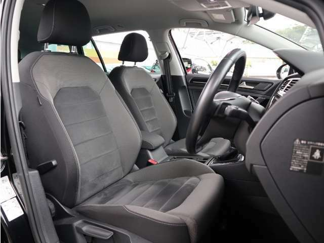 上質なアルカンタラ素材を使いましたシートはホールド性に優れ長時間の運転でも疲れにくい設計です。