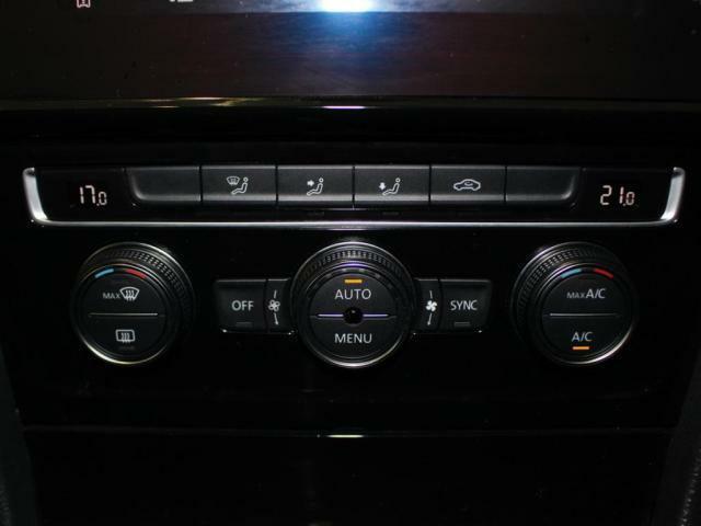 運転席、助手席を個別に温度管理できる2ゾーンフルオートエアコン装備!