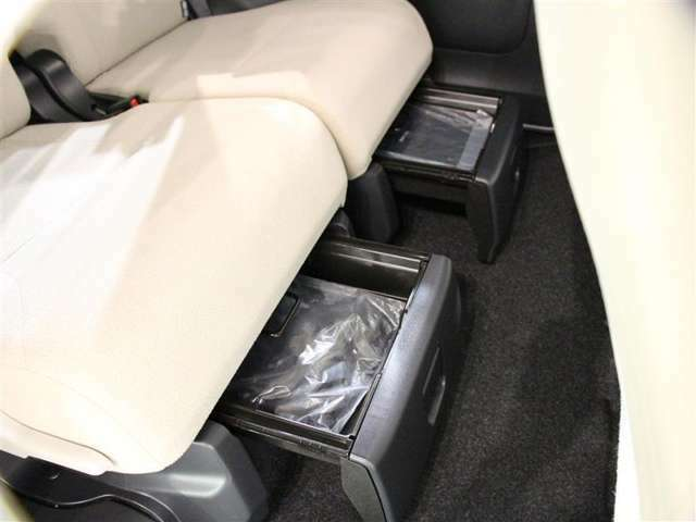 リヤシート下に収納BOXがあります!