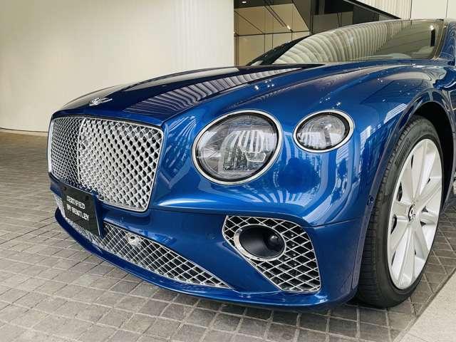 ヘッドライトやテールライトにはクリスタルカットの様なデザインが施されており、とても美しい仕様となっております。