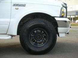 フルサイズボディにマッチングのワイドマッドブラック16インチAWワイドタイヤ迫力の足廻りを!