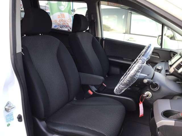 ドライバーズシートはゆったり大き目でアームレストも付いています