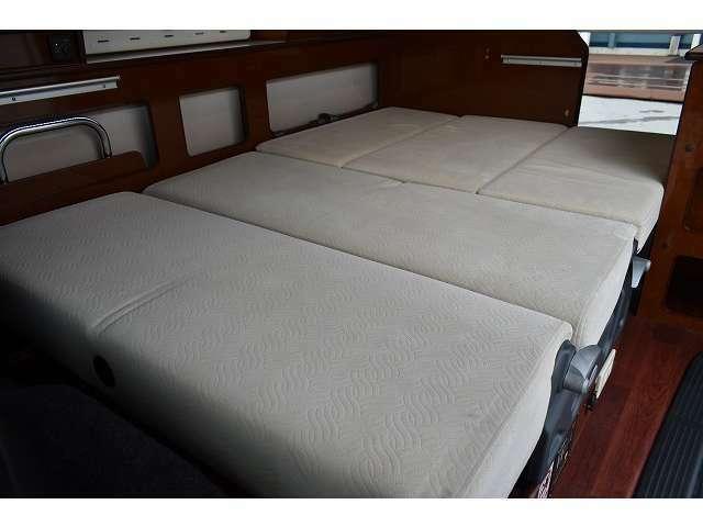 ベッド展開も簡単に出来ますよ♪大人2名が就寝可能です!