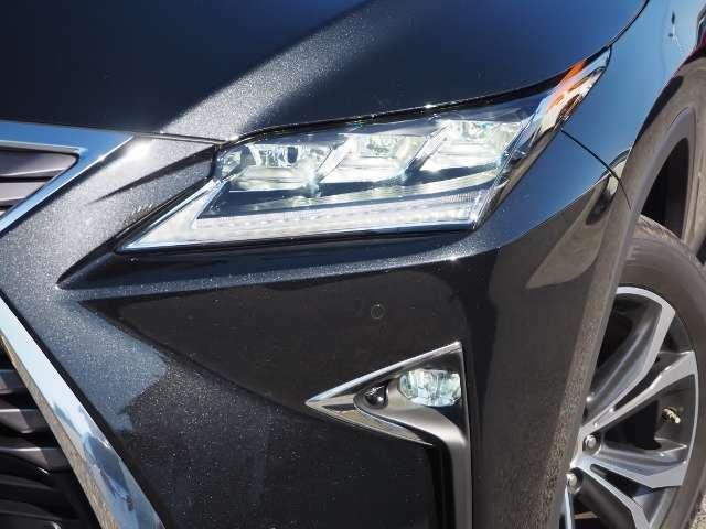 三眼フルLEDヘッドランプ(ロー・ハイビーム)&LEDフロントシーケンシャルターンシグナルランプ/LEDクリアランスランプ(デイライト機能付)
